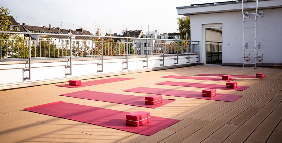Yoga lernen auf der Sonnenterrasse & im Licht-Studio